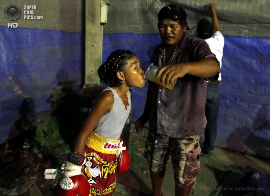 Таиланд. Бангкок. 26 марта. Тренер поит Нонгмилк Йитмуангнон во время перерыва. (EPA/ИТАР-ТАСС/RUNGROJ YONGRIT)