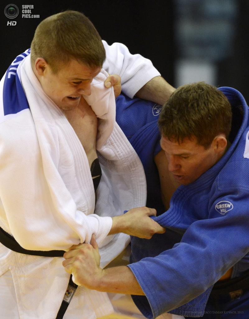 Венгрия. Будапешт. 28 апреля. Поединок Нила ван де Камера из Нидерландов (в голубом) против Яромира Мусила из Чехии в весовой категории до 81 кг. (EPA/ИТАР-ТАСС/TAMAS KOVACS)