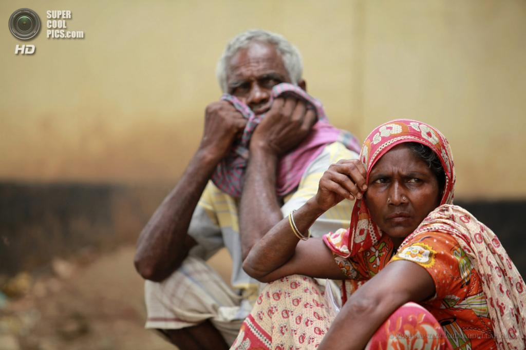 Бангладеш. Савар, Дакка. 29 апреля. Родители пропавшего без вести парня. (EPA/ИТАР-ТАСС/ABIR ABDULLAH)
