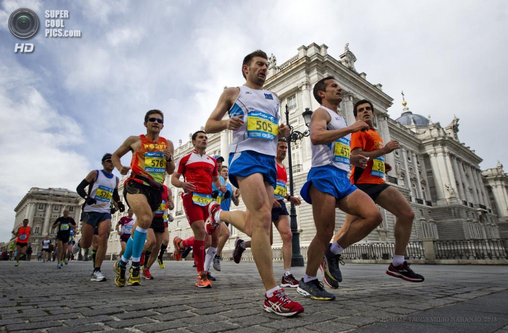 Испания. Мадрид. 28 апреля. Марафонцы пробегают Королевский дворец в Мадриде. (EPA/ИТАР-ТАСС/EMILIO NARANJO)