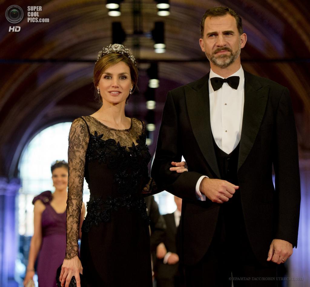 Нидерланды. Амстердам. 29 апреля. Принц Испании Фелипе с супругой Летицией. (EPA/ИТАР-ТАСС/ROBIN UTRECHT)