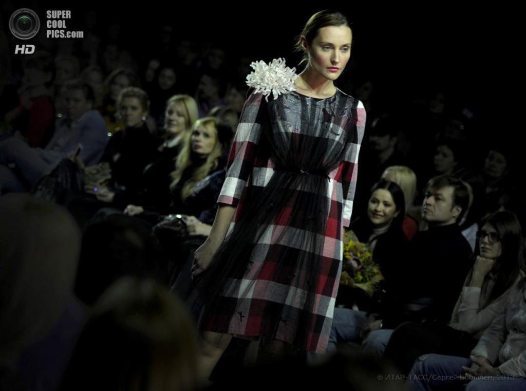 Показ коллекции Сергея Сысоева «Nikon Fashion» в Гостином дворе. (ИТАР- ТАСС/ Сергей Бобылев)