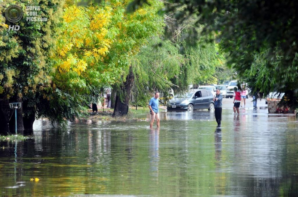 Аргентина. Ла-Плата, Буэнос-Айрес. 3 апреля. Затопленная улица. (EPA/ИТАР-ТАСС/JAVIER BRUSCO)