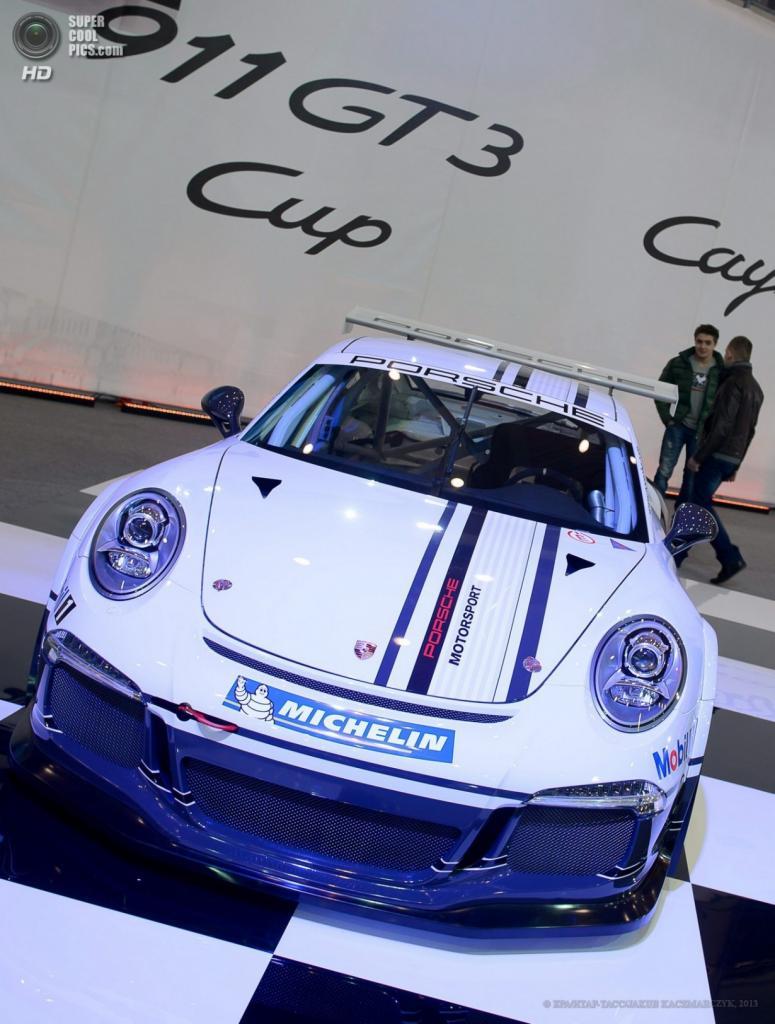 Польша. Познань. 4 апреля. Porsche 911 GT3 Cup среди автомобилей Познаньского международного автосалона 2013. (EPA/ИТАР-ТАСС/JAKUB KACZMARCZYK)