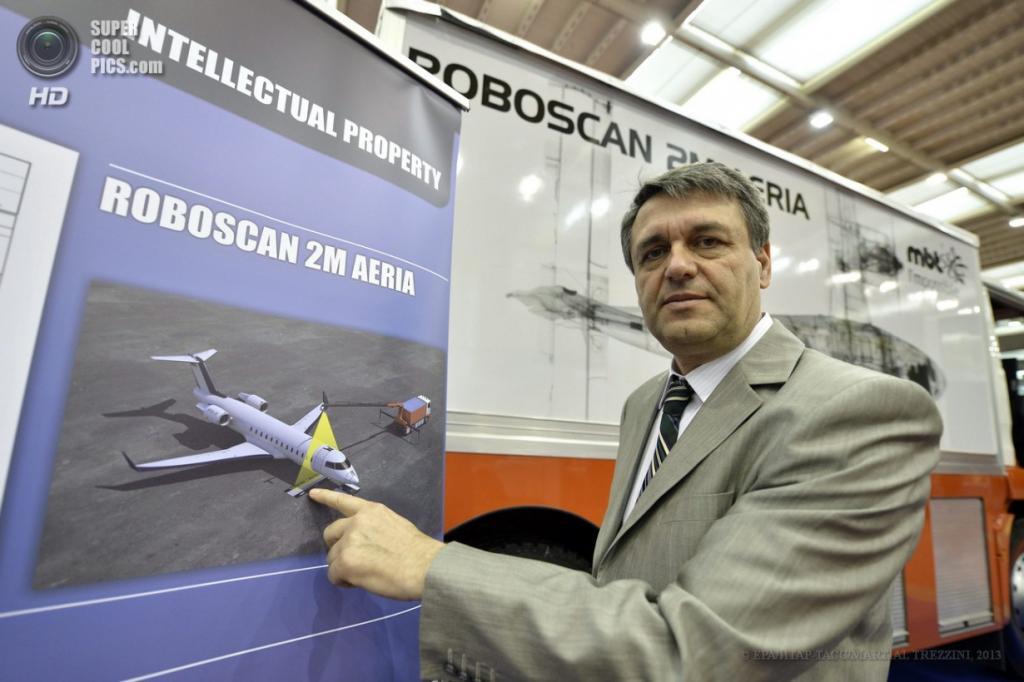 Швейцария. Женева. 10 апреля. Мирча Тудор из Румынии презентует неинтрузивный метод/систему инспекции летательных аппаратов во время 41-й Международной выставки инноваций. (EPA/ИТАР-ТАСС/MARTIAL TREZZINI)