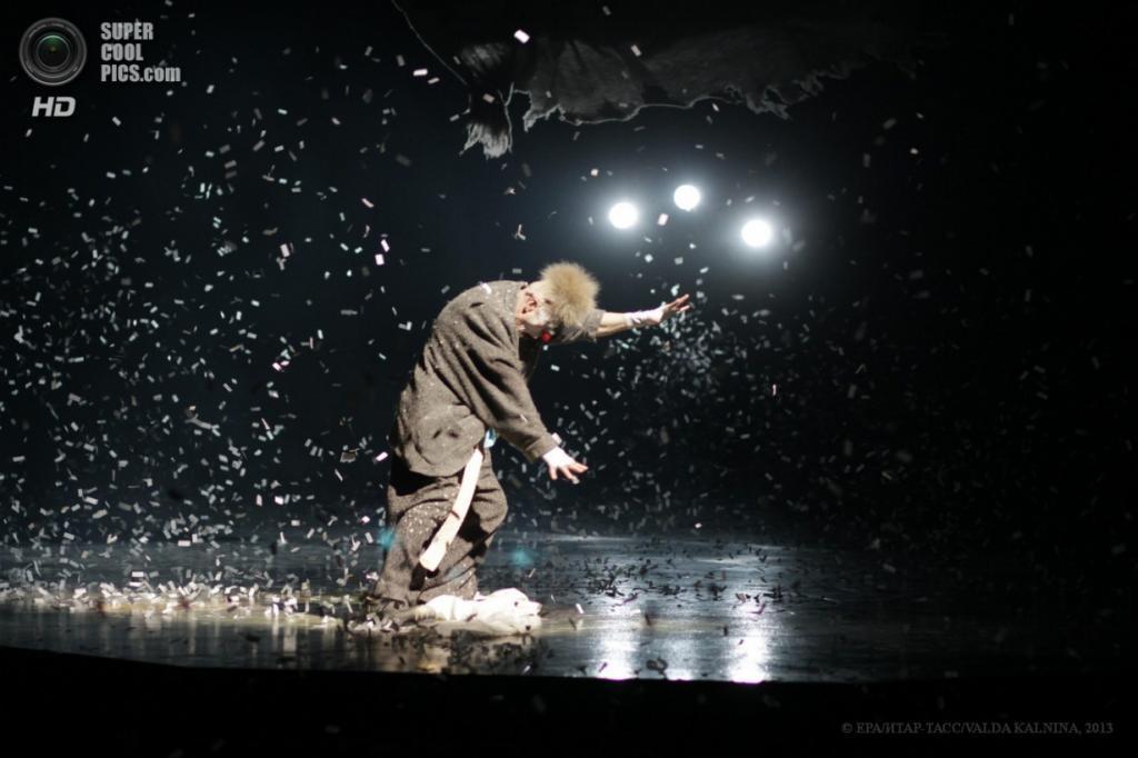 Латвия. Рига. 11 апреля. Новая постановка «Alegría» Цирка Дю Солей. (EPA/ИТАР-ТАСС/VALDA KALNINA)