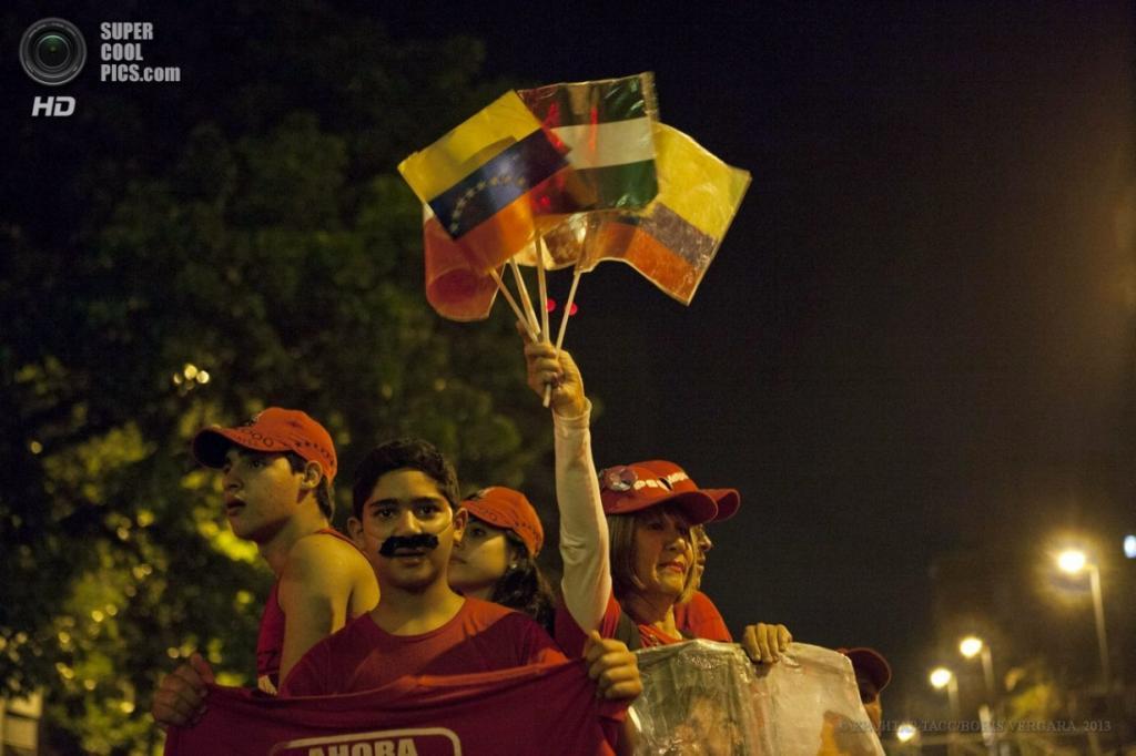 Венесуэла. Каракас. 14 апреля. Во время празднования сторонников новоизбранного президента Николаса Мадуро после объявления результатов президентских выборов. (EPA/ИТАР-ТАСС/BORIS VERGARA)