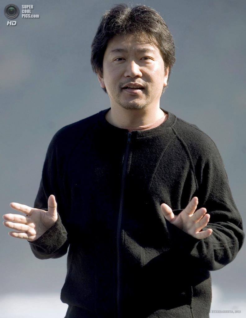 Японский режиссёр Хирокадзу Корээда. (EPA/ИТАР-ТАСС/JAVIER ETXEZARRETA)