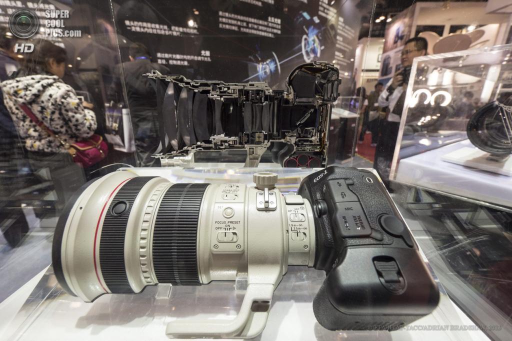 Китай. Пекин. 19 апреля. Canon EOS-1 с внушительным объективом. (EPA/ИТАР-ТАСС/ADRIAN BRADSHAW)