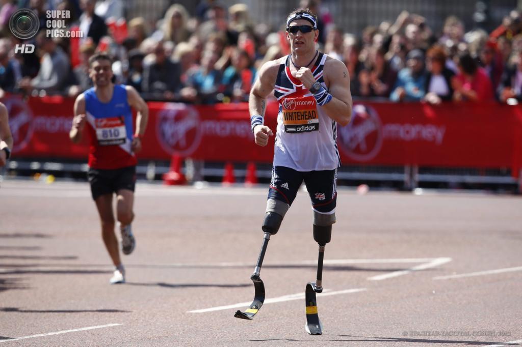 Англия. Лондон. 21 апреля. Паралимпийский чемпион Ричард Уайтхед пересекает линию финиша. (EPA/ИТАР-ТАСС/TAL COHEN)