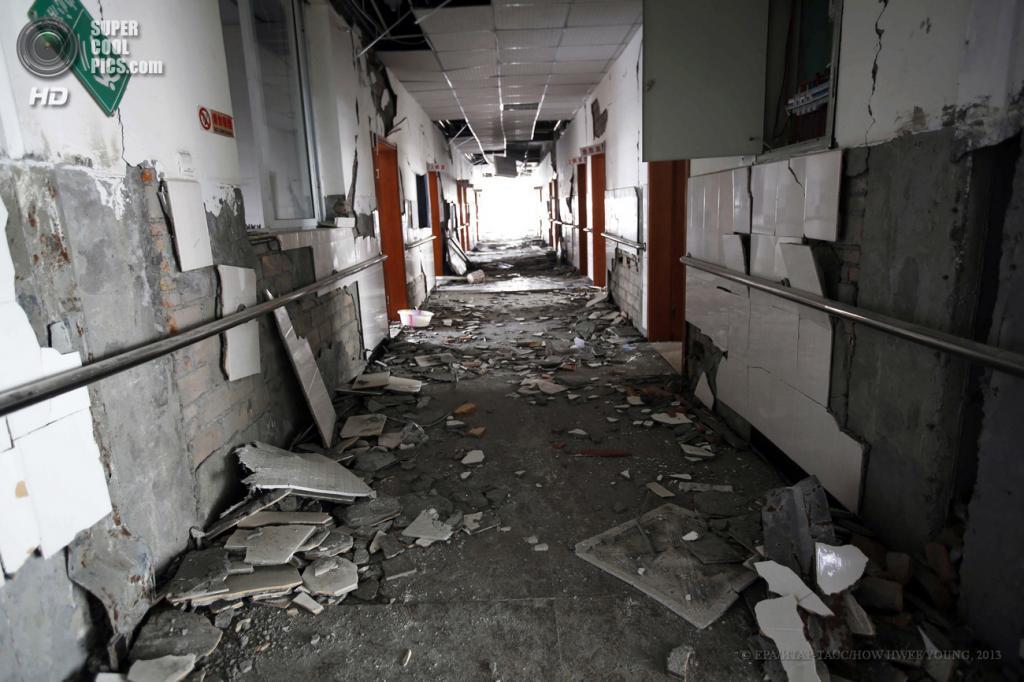 Китай. Яань, Сычуань. 21 апреля. Здание госпиталя, разрушенное при землетрясениях. (EPA/ИТАР-ТАСС/HOW HWEE YOUNG)