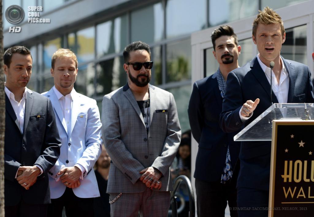 США. Лос-Анджелес, Калифорния. 22 апреля. Участники Backstreet Boys, за кафедрой — Ник Картер. (EPA/ИТАР-ТАСС/MICHAEL NELSON)