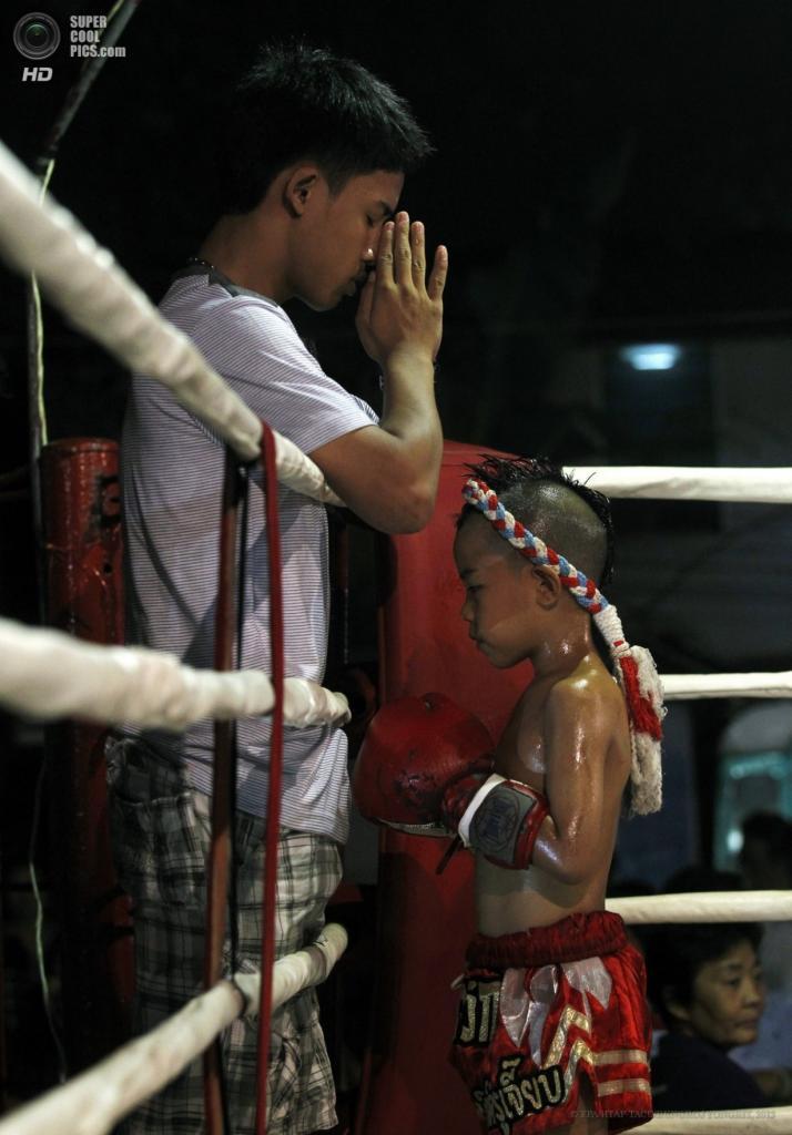 Таиланд. Бангкок. 26 марта. Сыамоб Сидкруйиаб получает благословение от тренера перед боем. (EPA/ИТАР-ТАСС/RUNGROJ YONGRIT)