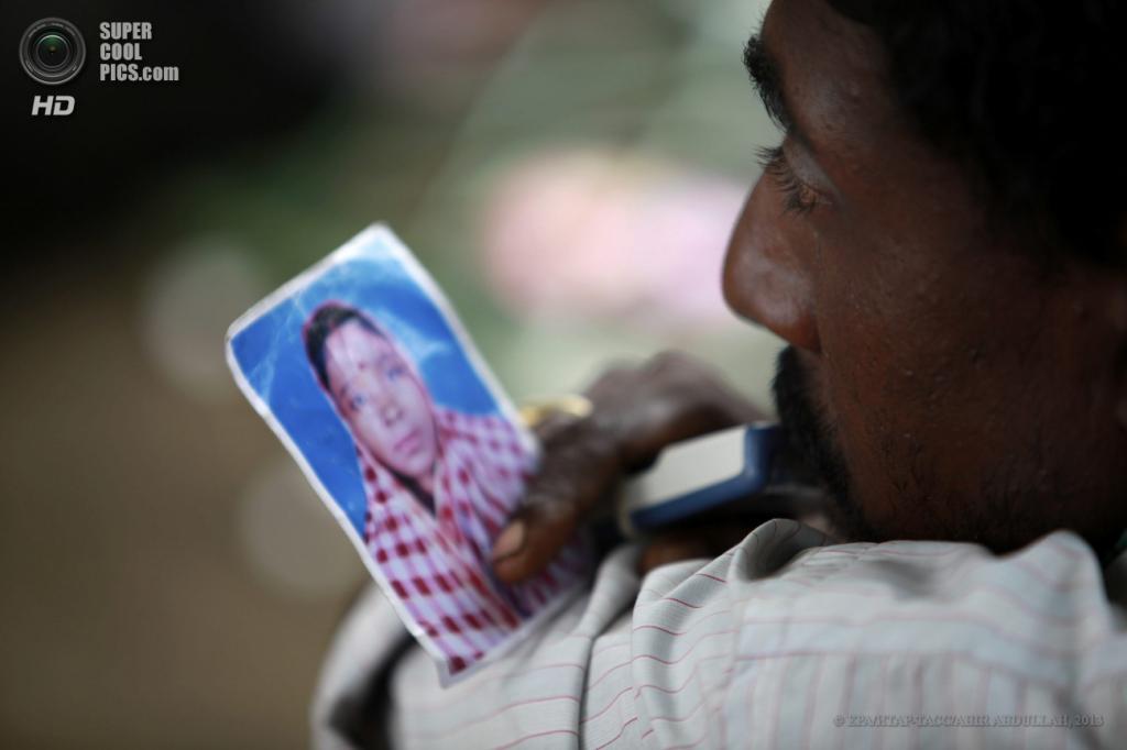 Бангладеш. Савар, Дакка. 29 апреля. Мужчина держит фотографию своей сестры, которая до сих пор находится под завалами. (EPA/ИТАР-ТАСС/ABIR ABDULLAH)