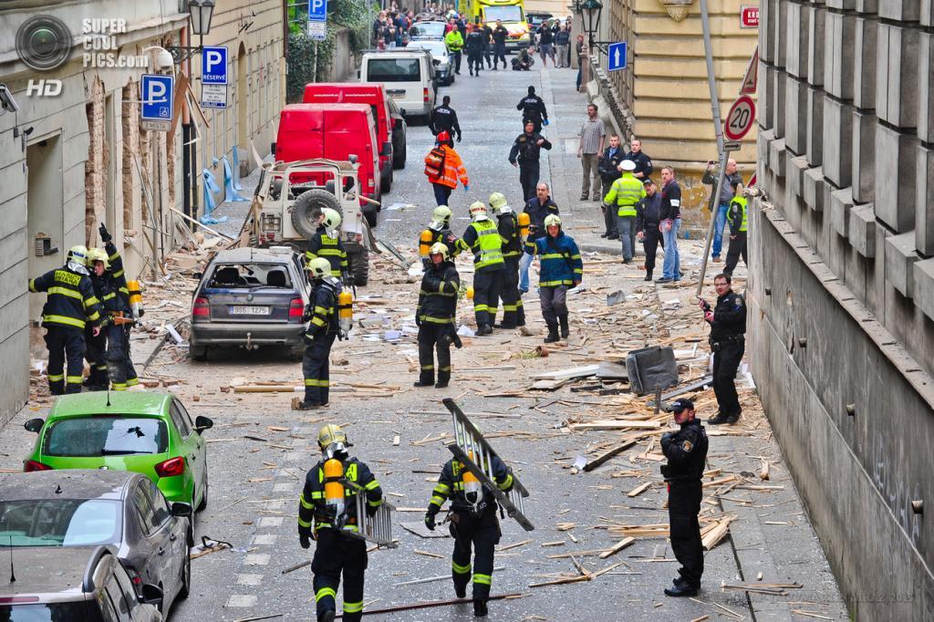Чехия. Прага. 29 апреля. Последствия взрыва в одном из домов города. (EPA/ИТАР-ТАСС/MARTIN MRAZ)