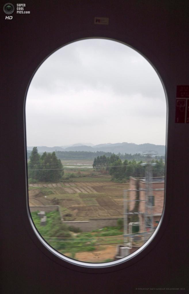 Китай. 2 апреля. Вид из окна высокоскоростного поезда на поля провинции Гуандун. (EPA/ИТАР-ТАСС/ADRIAN BRADSHAW)