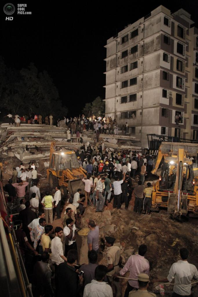 Индия. Мумбаи, Махараштра. 4 апреля. Спасательные работы после обрушения жилого дома. (EPA/ИТАР-ТАСС/DIVYAKANT SOLANKI)