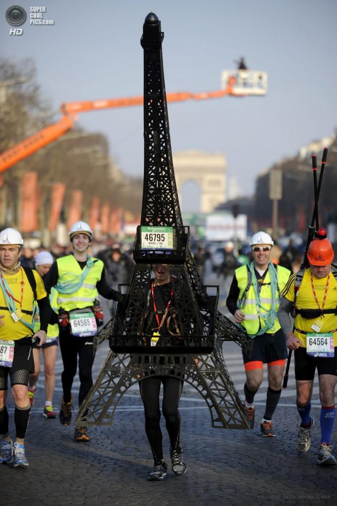 Франция. Париж. 7 апреля. Участник 37-го Парижского марафона в костюме Эйфелевой башни. (EPA/ИТАР-ТАСС/YOAN VALAT)