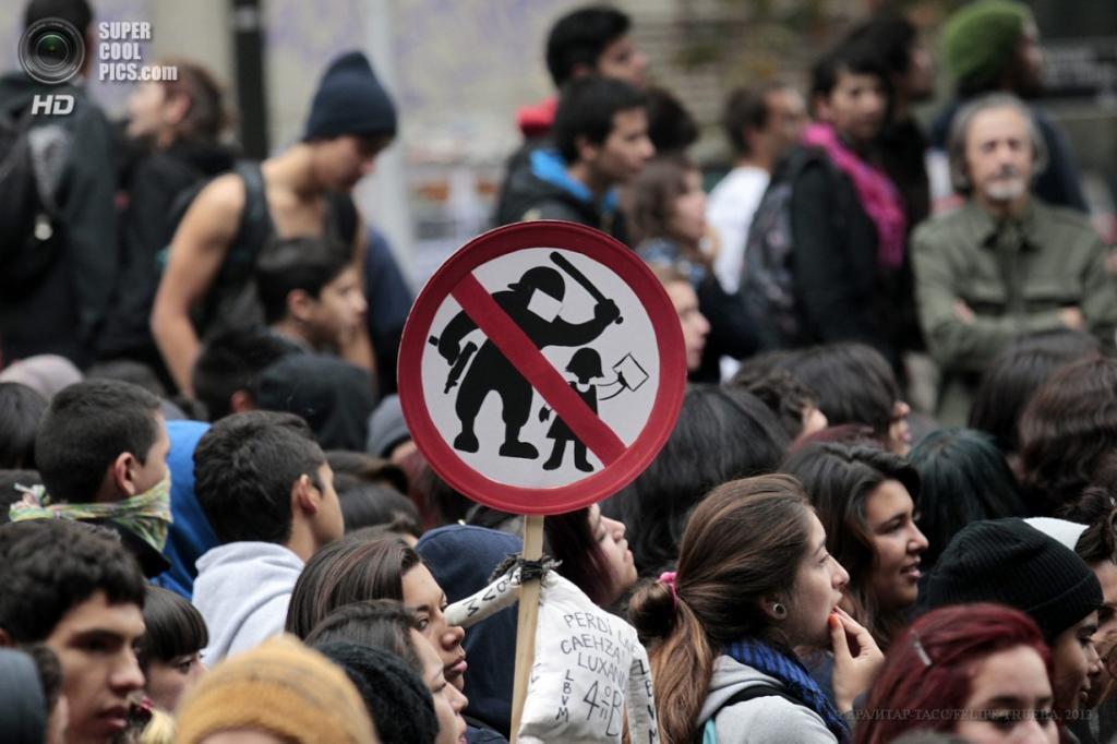 Чили. Сантьяго. 11 апреля. Во время многотысячного марша студентов в поддержку введения бесплатного образования и улучшения его качества. (EPA/ИТАР-ТАСС/FELIPE TRUEBA)