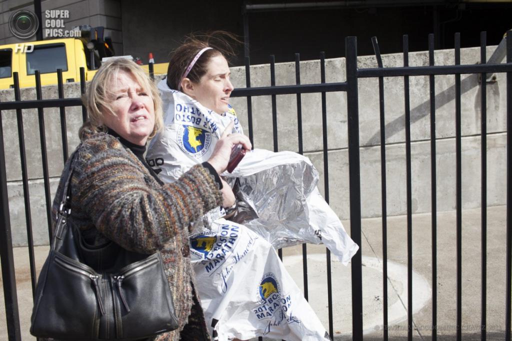 США. Бостон, Массачусетс. 15 апреля. Эвакуация людей с места, где произошли взрывы. (EPA/ИТАР-ТАСС/DOMINIC CHAVEZ)