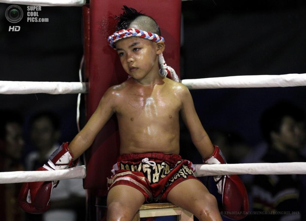Таиланд. Бангкок. 26 марта. Сыамоб Сидкруйиаб в красном углу остывает после напряжённой стычки. (EPA/ИТАР-ТАСС/RUNGROJ YONGRIT)