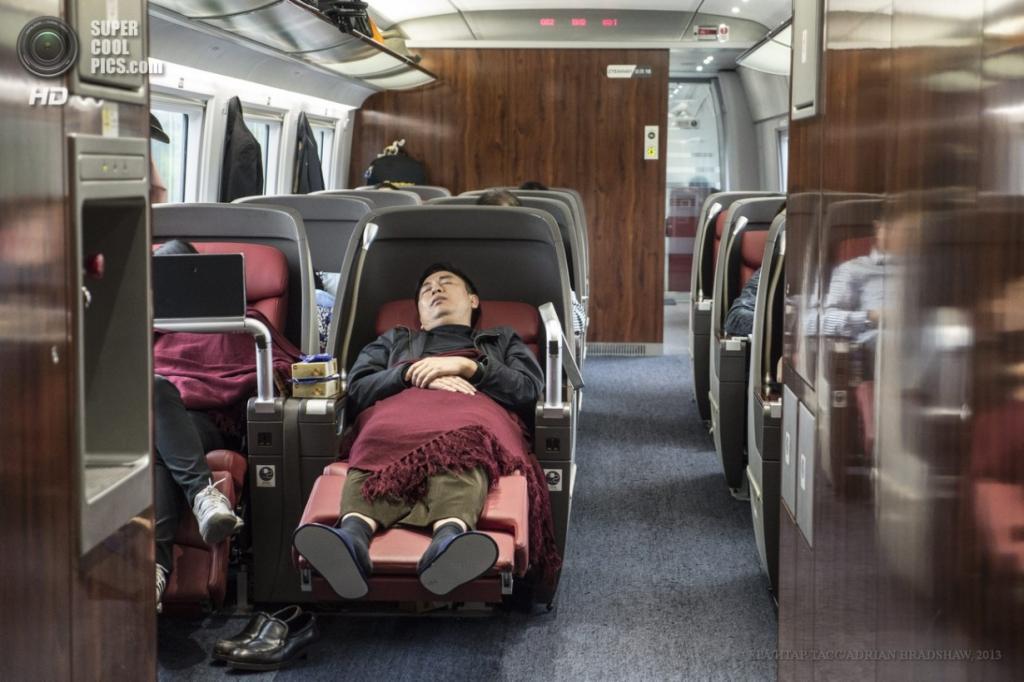 Китай. 2 апреля. Отдыхающие пассажиры. (EPA/ИТАР-ТАСС/ADRIAN BRADSHAW)