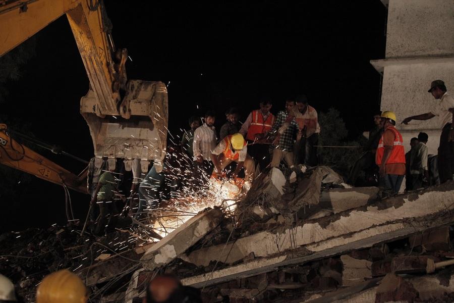 При обрушении жилого дома в Индии погибли 28 человек (9 фото)