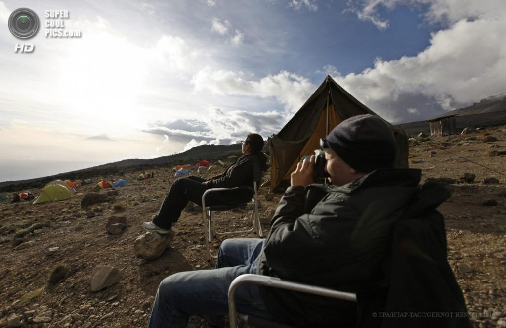 Танзания. Килиманджаро. 12 февраля. Туристы наслаждаются видом из палаточного лагеря «Каранга» маршрута Лемошо на высоте 4 000 метров. (EPA/ИТАР-ТАСС/GERNOT HENSEL)