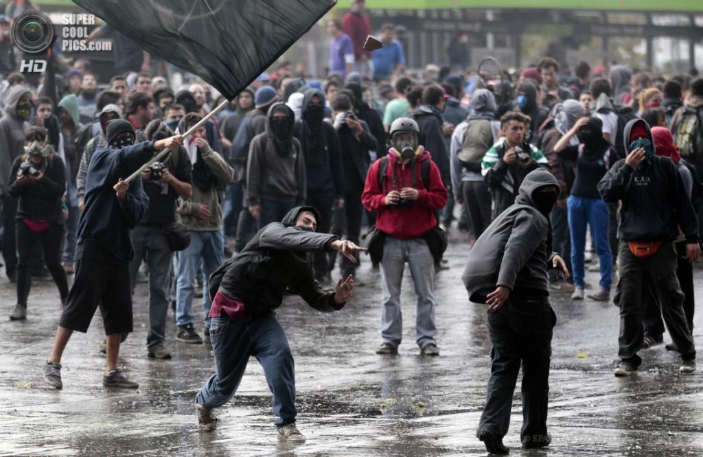Чили. Сантьяго. 11 апреля. Во время беспорядков в ходе многотысячного марша студентов в поддержку введения бесплатного образования и улучшения его качества. (EPA/ИТАР-ТАСС/FELIPE TRUEBA)