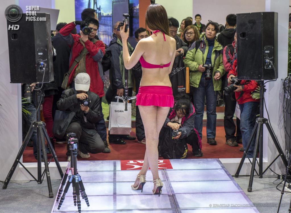 Китай. Пекин. 19 апреля. Модель в соблазнительном купальнике презентует штативы Diat. (EPA/ИТАР-ТАСС/ADRIAN BRADSHAW)