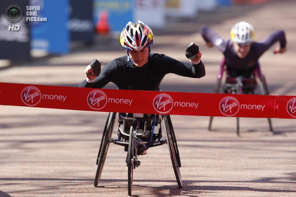 Англия. Лондон. 21 апреля. Американская спортсменка российского происхождения Татьяна Макфадден пересекает линию финиша. Спортсменка является многократным призёром Паралимпийских игр в гонках на инвалидных колясках среди женщин. (EPA/ИТАР-ТАСС/TAL COHEN)