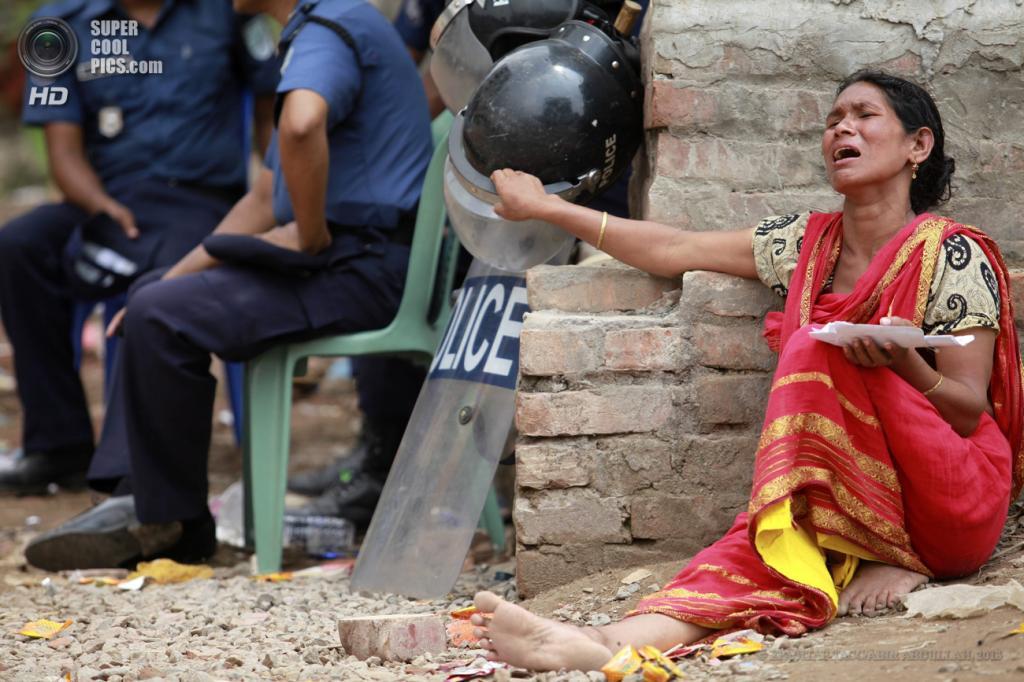 Бангладеш. Савар, Дакка. 29 апреля. Женщина оплакивает своего пропавшего сына. (EPA/ИТАР-ТАСС/ABIR ABDULLAH)