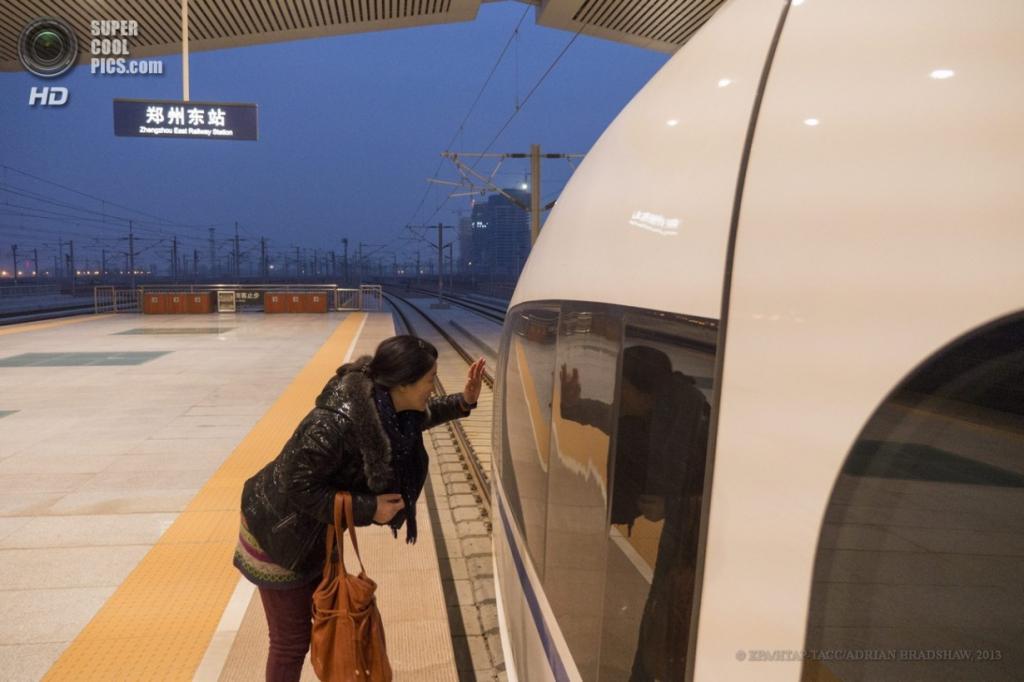 Китай. Чжэнчжоу, Хэнань. 2 апреля. Провожатая машет рукой другу. (EPA/ИТАР-ТАСС/ADRIAN BRADSHAW)