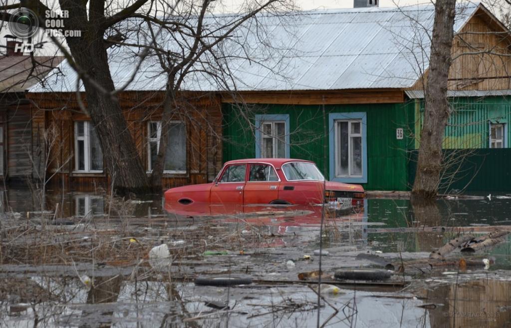 Россия. Кирсанов, Тамбовская область. 6 апреля. На одной из подтопленных улиц города. (ИТАР-ТАСС)