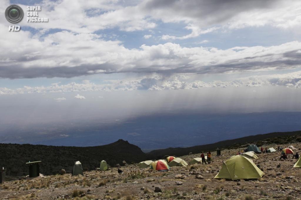 Танзания. Килиманджаро. 12 февраля. Лагерь «Каранга». (EPA/ИТАР-ТАСС/GERNOT HENSEL)
