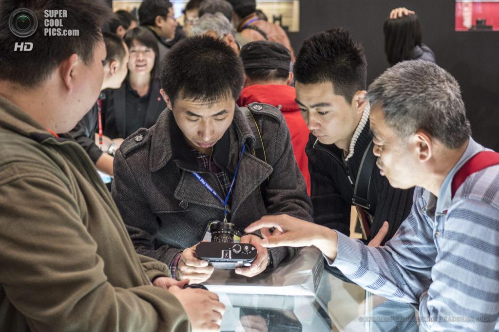 Китай. Пекин. 19 апреля. Фотолюбители обсуждают новинки индустрии. (EPA/ИТАР-ТАСС/ADRIAN BRADSHAW)