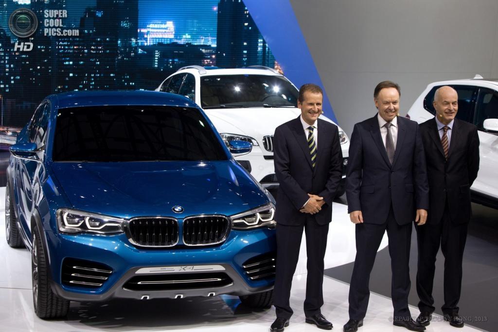Китай. Шанхай. 21 апреля. Директор по развитию BMW Герберт Дисс, директор по продажам BMW Иэн Робертсон и президент китайского подразделения BMW Карстен Энгель (слева направо) позируют у кроссовера BMW X4. (EPA/ИТАР-ТАСС/WU HONG)