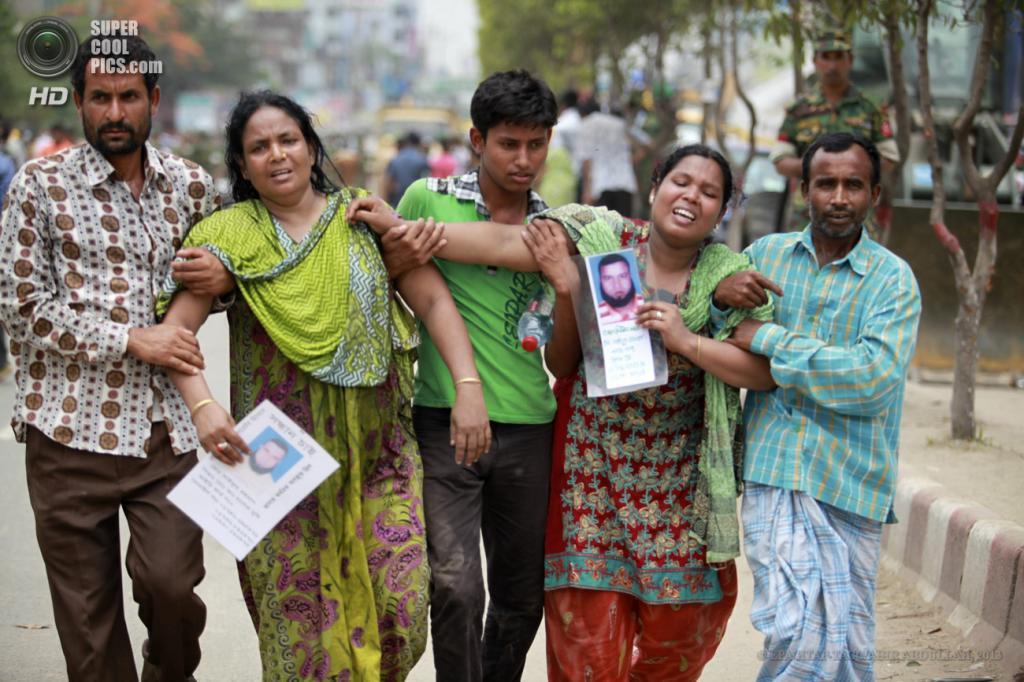 Бангладеш. Савар, Дакка. 29 апреля. Родственники погребенных заживо под завалами здания. (EPA/ИТАР-ТАСС/ABIR ABDULLAH)