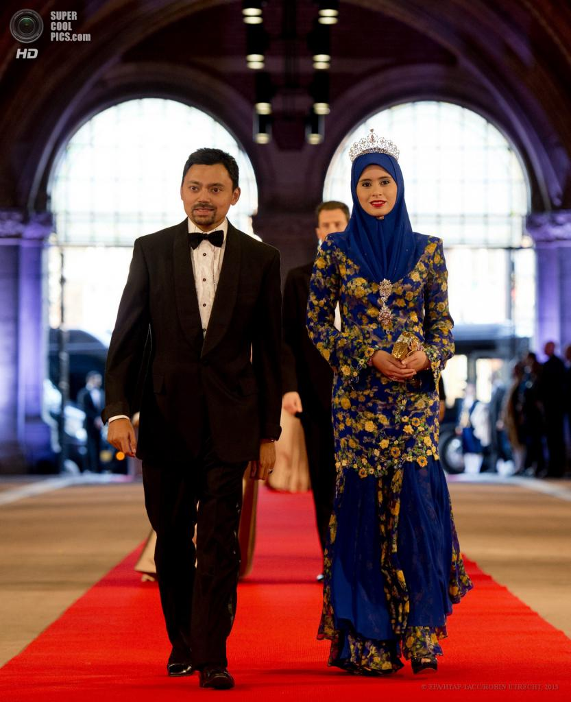 Нидерланды. Амстердам. 29 апреля. Принц Брунея Аль-Мухтади Билла с супругой Сарой. (EPA/ИТАР-ТАСС/ROBIN UTRECHT)