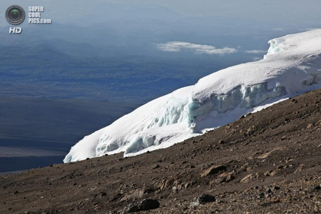 Танзания. Килиманджаро. 14 февраля. Ледники на маршруте Лемошо. (EPA/ИТАР-ТАСС/GERNOT HENSEL)