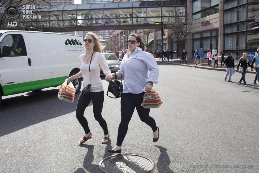 США. Бостон, Массачусетс. 15 апреля. Девушки спешат на помощь. (EPA/ИТАР-ТАСС/DOMINIC CHAVEZ)