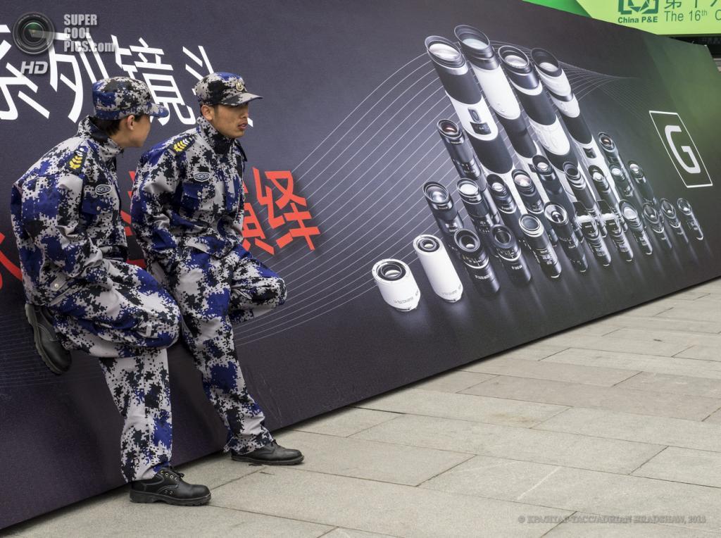 Китай. Пекин. 19 апреля. Местные стражи правопорядка. (EPA/ИТАР-ТАСС/ADRIAN BRADSHAW)