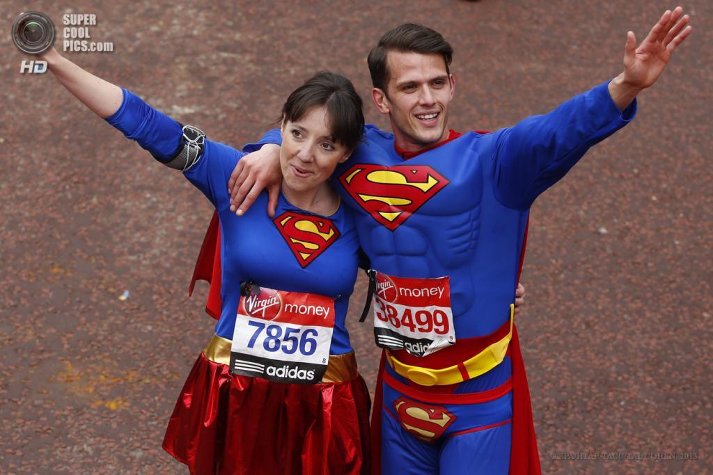 Англия. Лондон. 21 апреля. Супервумен и супермен. (EPA/ИТАР-ТАСС/TAL COHEN)
