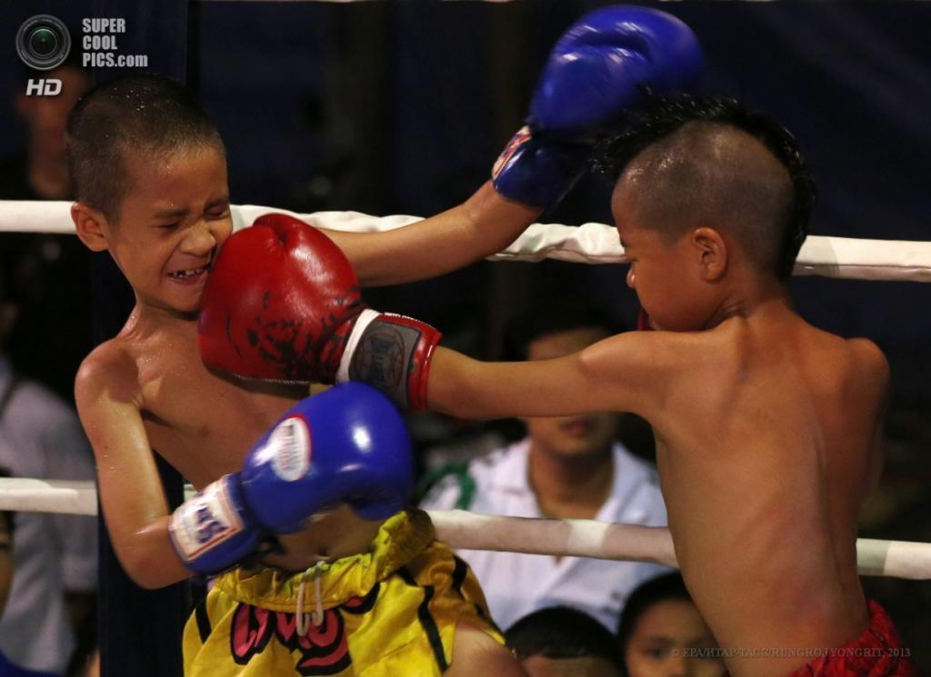 Таиланд. Бангкок. 26 марта. Сыамоб Сидкруйиаб наносит впечатляющий удар по челюсти Чалармкао Лукбаняи. (EPA/ИТАР-ТАСС/RUNGROJ YONGRIT)