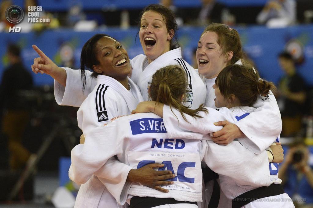 Венгрия. Будапешт. 28 апреля. Женская сборная Нидерландов празднует победу над сборной Франции в финале. (EPA/ИТАР-ТАСС/TAMAS KOVACS)
