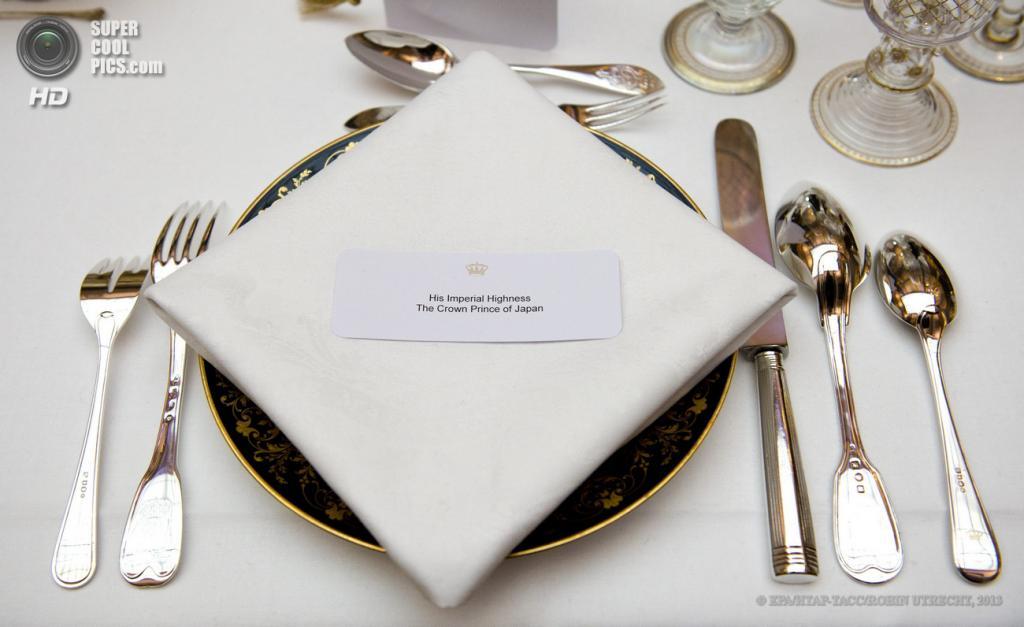 Нидерланды. Амстердам. 29 апреля. Столовые приборы для принца Японии Нарухито. (EPA/ИТАР-ТАСС/ROBIN UTRECHT)