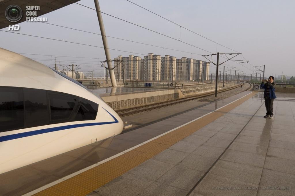 Китай. Чанша, Хунань. 3 апреля. Мужчина фотографирует передок поезда на память. (EPA/ИТАР-ТАСС/ADRIAN BRADSHAW)