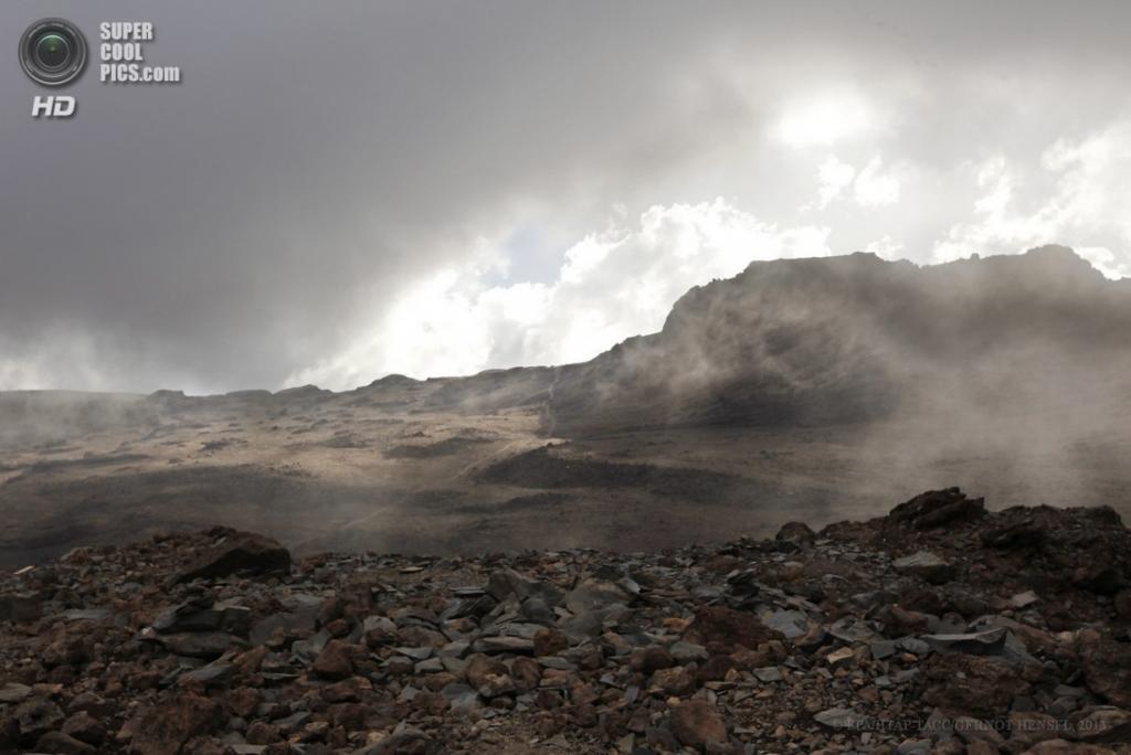 Танзания. Килиманджаро. 13 февраля. Вид из палаточного лагеря «Барафу» маршрута Лемошо на высоте 4 600 метров. (EPA/ИТАР-ТАСС/GERNOT HENSEL)