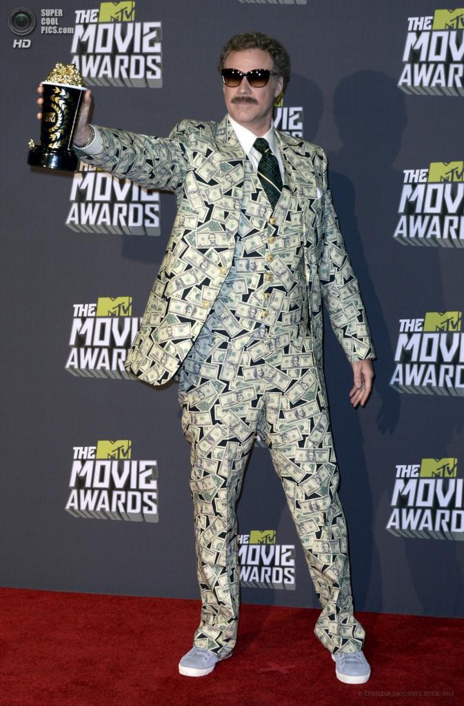 США. Калвер-Сити, Калифорния. 14 апреля. Американский актёр Уилл Феррелл с наградой. (EPA/ИТАР-ТАСС/PAUL BUCK)