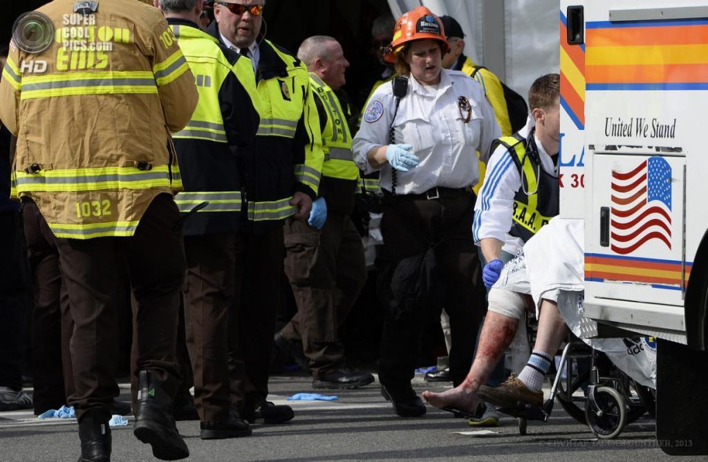 США. Бостон, Массачусетс. 15 апреля. Работники экстренных служб оказывают помощь пострадавшим. (EPA/ИТАР-ТАСС/CJ GUNTHER)